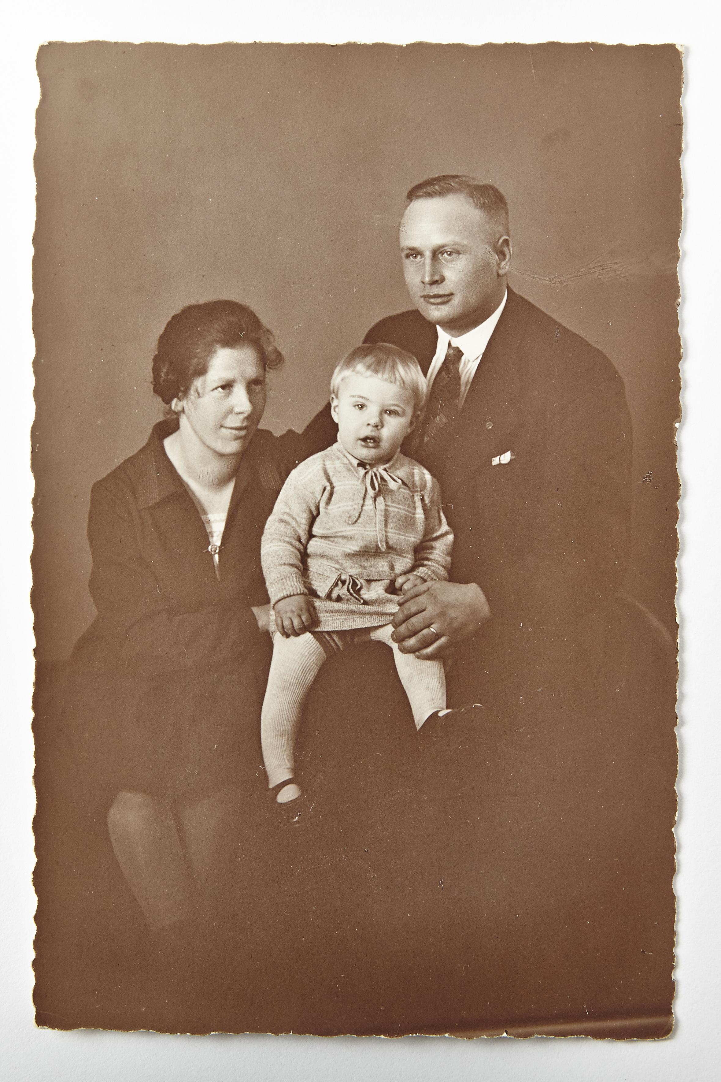 Fotografía del testigo de Jehová Ernst Schwalm; su esposa, Emmy, y su hijo, Ernst David (1928) Colección de la Florence & Laurence Spungen Family Foundation