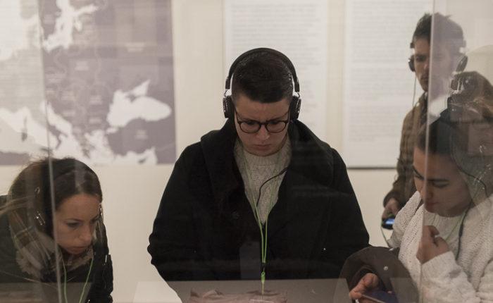 Jóvenes visitando la exposición