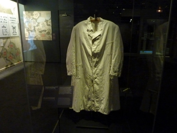 objeto-muestra-Musealia-Auschwitz-no-hace-mucho-no-muy-lejos-bata-doctor-renno